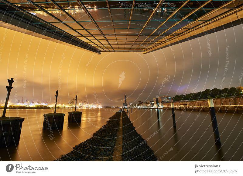 Dockland Hamburg bei Nacht bewölkt Himmel Wasser Wolken Fenster Architektur Gebäude Tourismus Hochhaus ästhetisch Industrie Dach Sehenswürdigkeit Hafen
