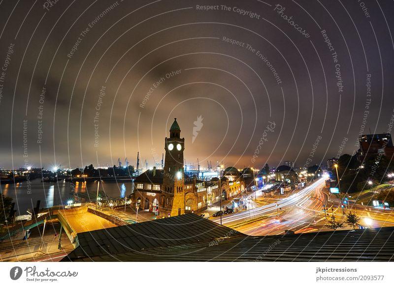 Landungsbrücken Hamburg bei Nacht Hafen Schifffahrt Wasserfahrzeug PKW Langzeitbelichtung Wolken Uhr Licht Weitwinkel Brücke Himmel Schatten Tourismus Skyline