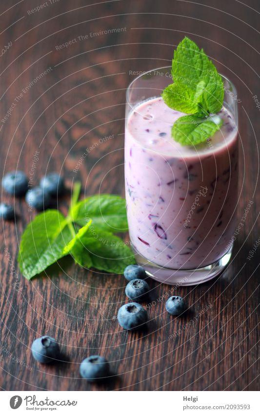 Erfrischungsdrink Lebensmittel Frucht Kräuter & Gewürze Blaubeeren Milchshake Getränk Erfrischungsgetränk Glas Holz liegen stehen ästhetisch Gesundheit