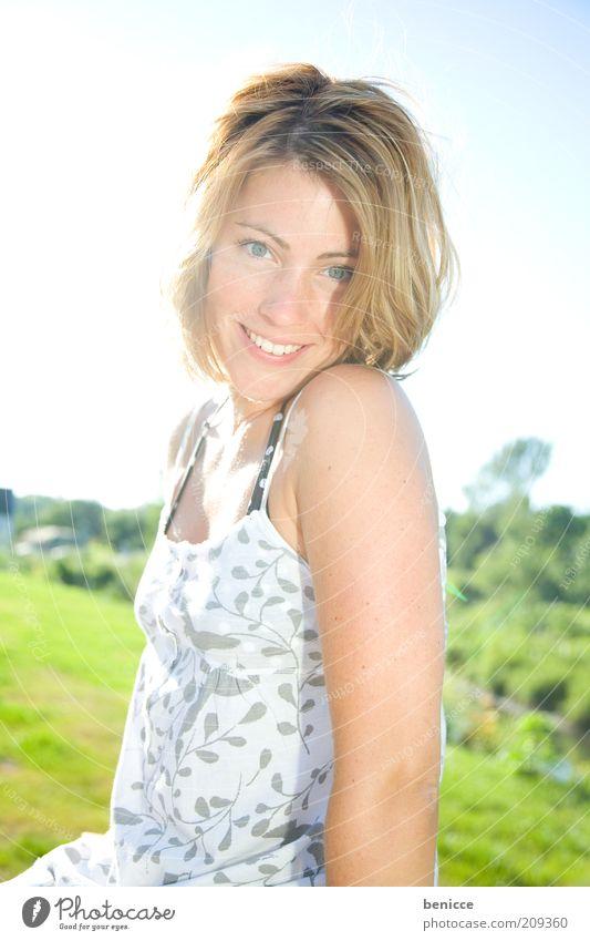 Schein Frau Mensch lachen Lächeln Freude Sommer Porträt Zähne weiß anlächeln schön Jugendliche Gruß sympathisch attraktiv Blick in die Kamera blond Kleid