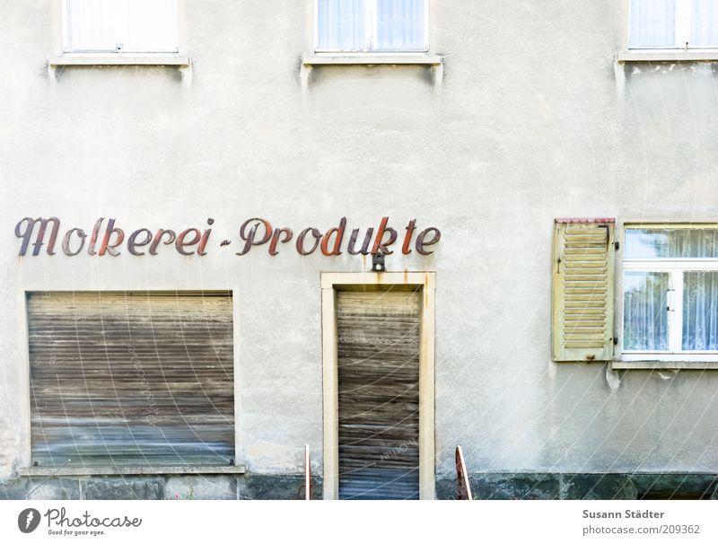 Hast du eine Mutter, dann hast du immer Butter alt Haus Wand Fenster Mauer Gebäude Fassade geschlossen Schriftzeichen Buchstaben Dorf Ladengeschäft Vergangenheit historisch Nostalgie Gardine
