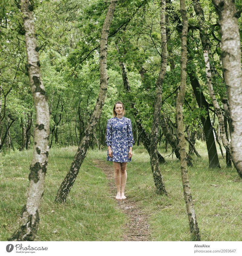 auf dem Weg Natur Jugendliche Junge Frau Sommer schön Baum Landschaft Freude 18-30 Jahre Erwachsene Beine feminin Ausflug ästhetisch stehen Schönes Wetter