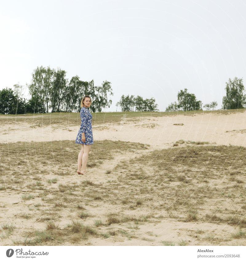 fast schon vergangen Natur Jugendliche Junge Frau Sommer schön Baum Landschaft 18-30 Jahre Erwachsene Traurigkeit natürlich feminin Horizont Ausflug Erde retro