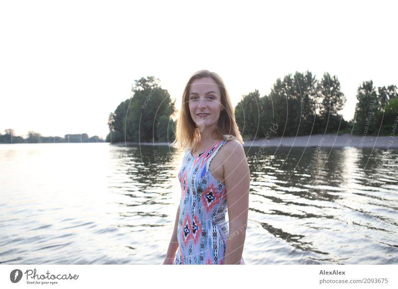 Junge Frau steht im Fluss Rhein Stil schön harmonisch Wohlgefühl Ausflug Sommer Jugendliche 18-30 Jahre Erwachsene Landschaft Wasser Schönes Wetter Baum