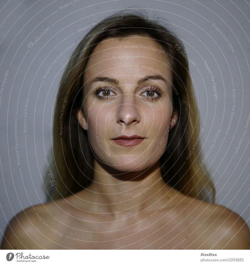 Direktes Portrait einer jungen, brünetten Frau elegant Stil schön Gesicht harmonisch Wohlgefühl Junge Frau Jugendliche Schulter 18-30 Jahre Erwachsene
