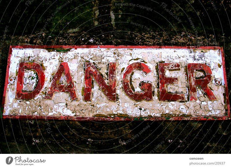 DANGER! alt rot Farbe Schilder & Markierungen Industrie gefährlich kaputt bedrohlich Rost England abblättern Großbritannien Richmond