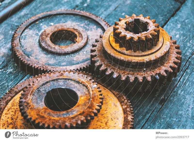verzahnt alt drehen Getriebe kaputt Rost Industrie Industriefotografie Maschine Maschinenbau Maschinenteil Motor Schwerindustrie Stahl Zähne Zahnrad Werkstatt