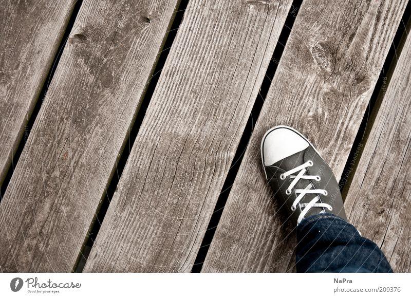 Trittbrett Mensch Beine Fuß Steg Hose Jeanshose Leder Schuhe Turnschuh Holz Linie Streifen grau Farbfoto Außenaufnahme Vogelperspektive Chucks einzeln 1 Mode
