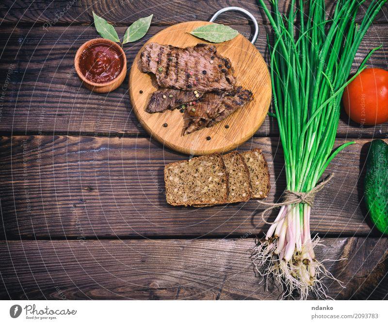 Gebratenes Kalbfleisch mit Gewürzen gegrillt grün rot Speise Holz oben Ernährung frisch Tisch Kräuter & Gewürze Küche Gemüse Brot Fleisch Abendessen Mahlzeit