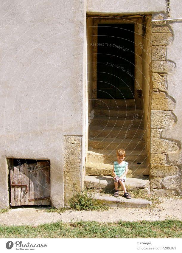 Toscanakind. Mensch Kind Sonne Sommer Einsamkeit Haus Wand Gras Wärme Mauer Kindheit Tür warten sitzen Fassade Treppe