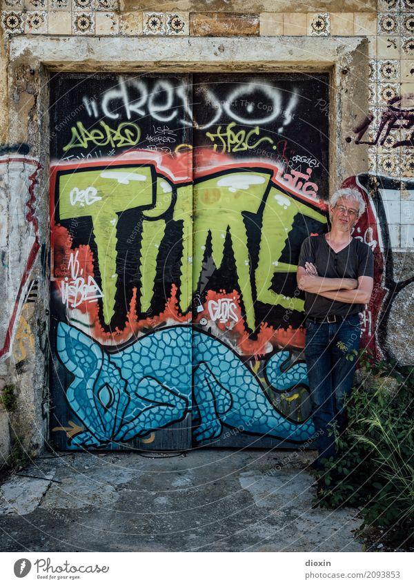 TIME is on his side Mensch maskulin Mann Erwachsene 1 45-60 Jahre Kunst Kunstwerk Gemälde Straßenkunst Graffiti Tor Mauer Wand stehen Zeit Farbfoto mehrfarbig