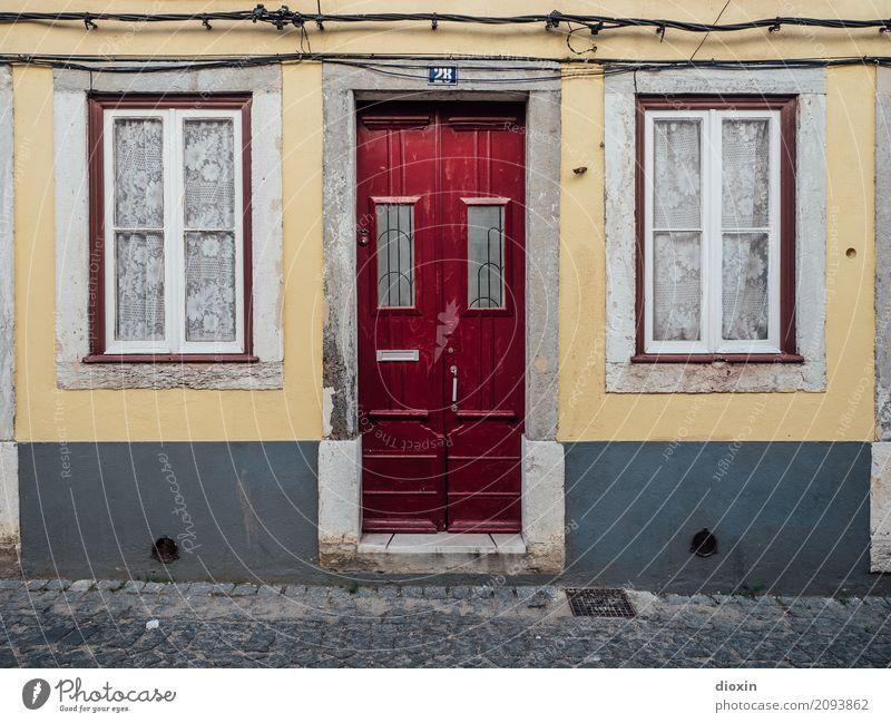 home Städtereise Lissabon Portugal Stadt Hauptstadt Hafenstadt Menschenleer Haus Einfamilienhaus Mauer Wand Fassade Fenster Tür Briefkasten Vorhang