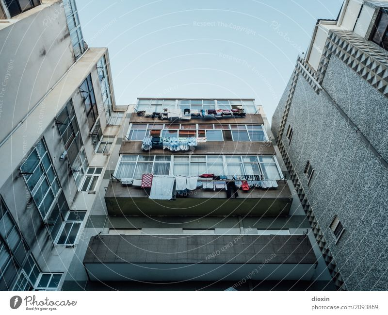 Lissabon Städtereise Portugal Hauptstadt Hafenstadt Stadtrand Menschenleer Haus Hochhaus Gebäude Fassade Balkon Fenster Wäsche Wäscheleine Wäsche waschen