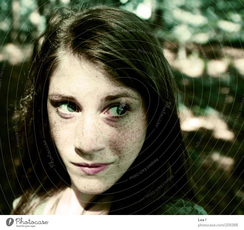 aus dem Walde komm ich her... feminin Jugendliche Kopf Gesicht Sommersprossen 1 Mensch Sonnenlicht brünett Blick Neugier entdecken Natur Gedeckte Farben