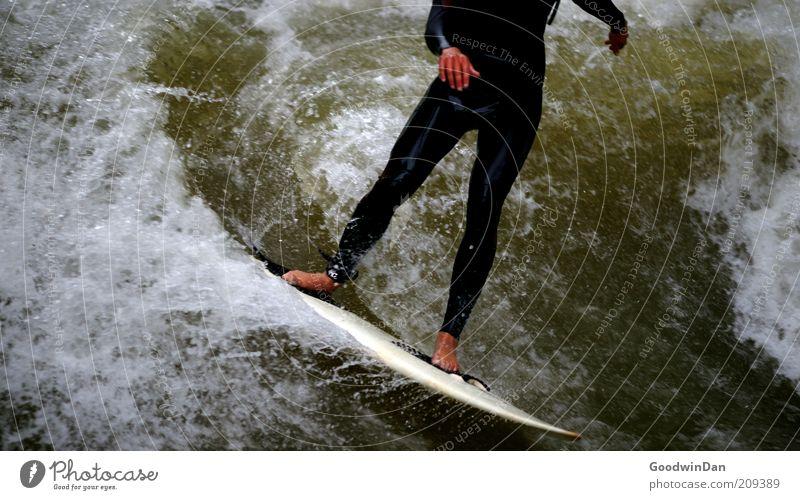 Kopfloses Unterfangen I Sport Sportler Surfen Surfer Surfbrett Mensch maskulin Junger Mann Jugendliche Umwelt Natur Wasser Bach authentisch sportlich Farbfoto