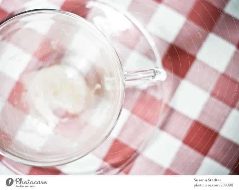 Glasufo hell kariert Teeglas Untertasse Kaffeetasse Kaffeepause Tisch Farbfoto Außenaufnahme Nahaufnahme Detailaufnahme abstrakt Muster Menschenleer