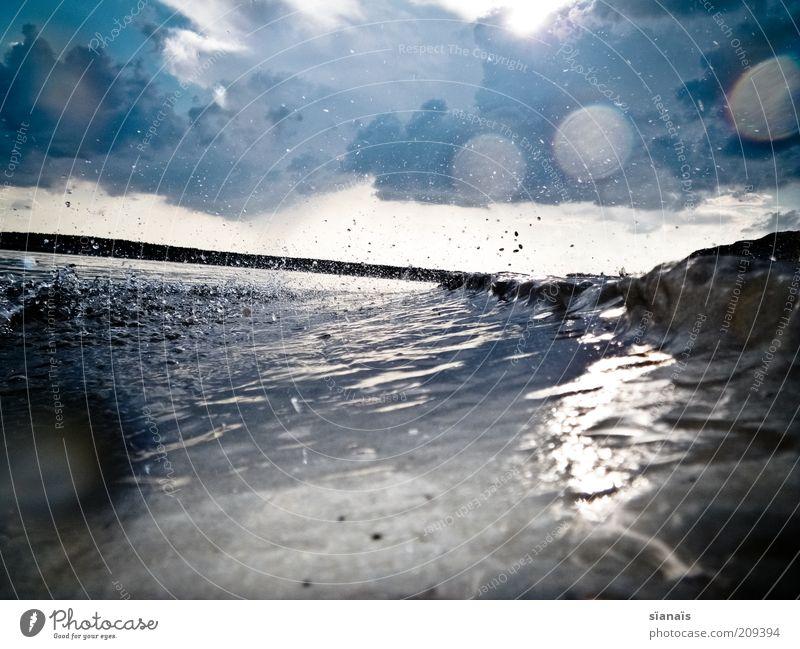 sturmwarnung Umwelt Natur Urelemente Luft Wasser Wassertropfen Himmel Wolken Gewitterwolken Sommer Unwetter Sturm Regen Regenwasser Wellen See bedrohlich dunkel
