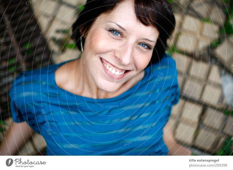 miss sunshine Mensch Frau Jugendliche blau schön Freude Erwachsene feminin lachen Glück Stimmung Zufriedenheit frisch Kraft Fröhlichkeit Lächeln