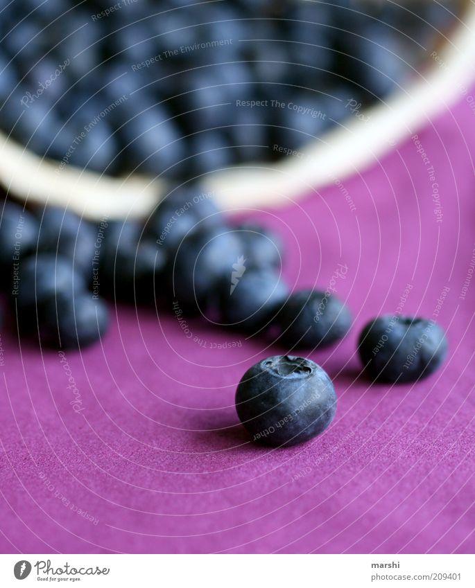 Beerenparade blau Ernährung Lebensmittel Frucht frisch süß violett lecker Ernte Beeren einzeln fruchtig Vegetarische Ernährung Blaubeeren Gesunde Ernährung Rohkost