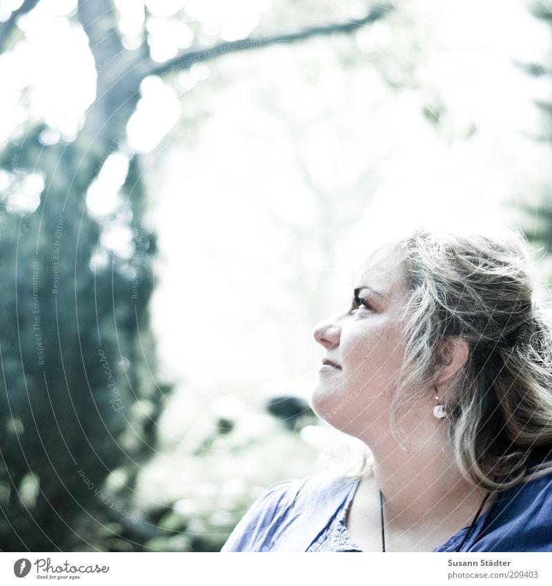 himmlisch Frau Erwachsene Kopf hören Optimismus Gelassenheit Glück Hoffnung blond dick langhaarig blau Blick Ohrringe Farbfoto Licht Schatten Sonnenlicht
