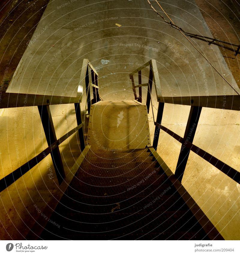 Industrieromantik Bauwerk Treppe Beton Stahl alt dunkel Stimmung Verfall Treppenabsatz Treppengeländer abwärts Farbfoto Gedeckte Farben Innenaufnahme