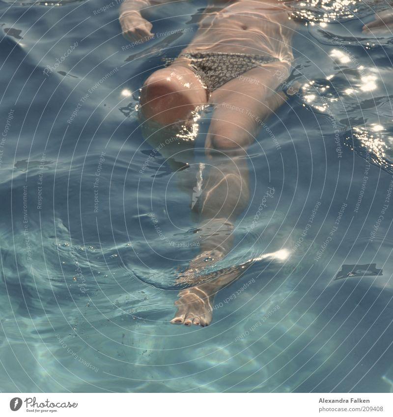 Frau badet VII Mensch Frau Jugendliche Ferien & Urlaub & Reisen Sommer Erwachsene Erholung Leben feminin Bewegung Beine Zufriedenheit Schwimmen & Baden Tourismus Junge Frau Wellness