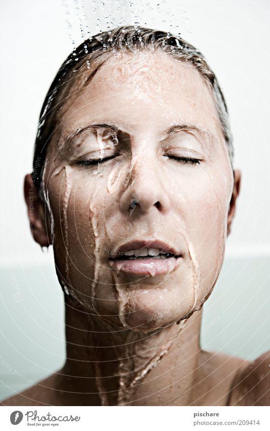 Waschtag Jugendliche Wasser schön Gesicht Erwachsene Erholung feminin Zufriedenheit blond Haut nass ästhetisch 18-30 Jahre Junge Frau Wellness Flüssigkeit