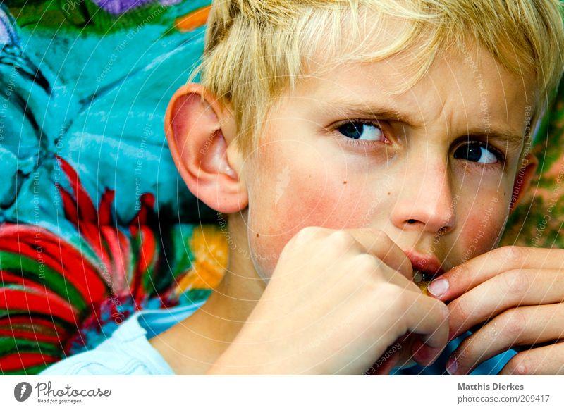 Bockig Mensch maskulin Kind Junge 1 8-13 Jahre Kindheit Wut blond Porträt Gesicht verärgern stur böse doof Außenaufnahme Textfreiraum links Tag Wegsehen