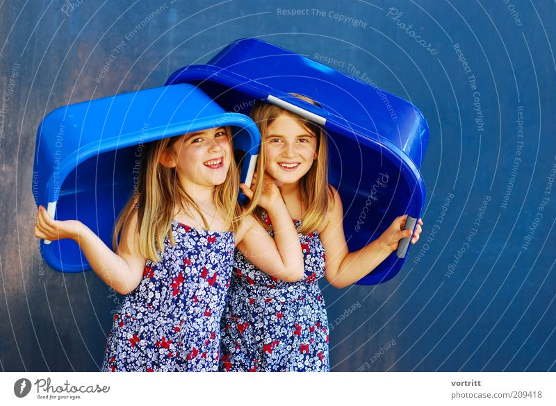 ALLWETTER-HUT Freude Sommer Kind Mädchen Geschwister 3-8 Jahre Kindheit Kleid Hut blond langhaarig Kunststoff Lächeln stehen Fröhlichkeit schön blau gold Leben