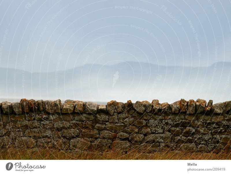 Warten auf die Geister, die ich rief Natur Himmel blau ruhig Einsamkeit Wand Gefühle Berge u. Gebirge Stein Mauer Landschaft Luft Stimmung Nebel Umwelt Felsen