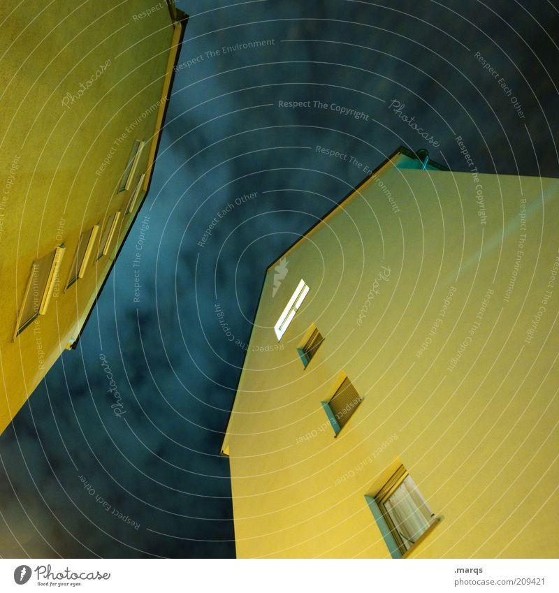 Nachtschicht Himmel Wolken Einsamkeit gelb dunkel Wand Fenster Gebäude Angst Architektur hoch Fassade Häusliches Leben Nachthimmel gruselig leuchten