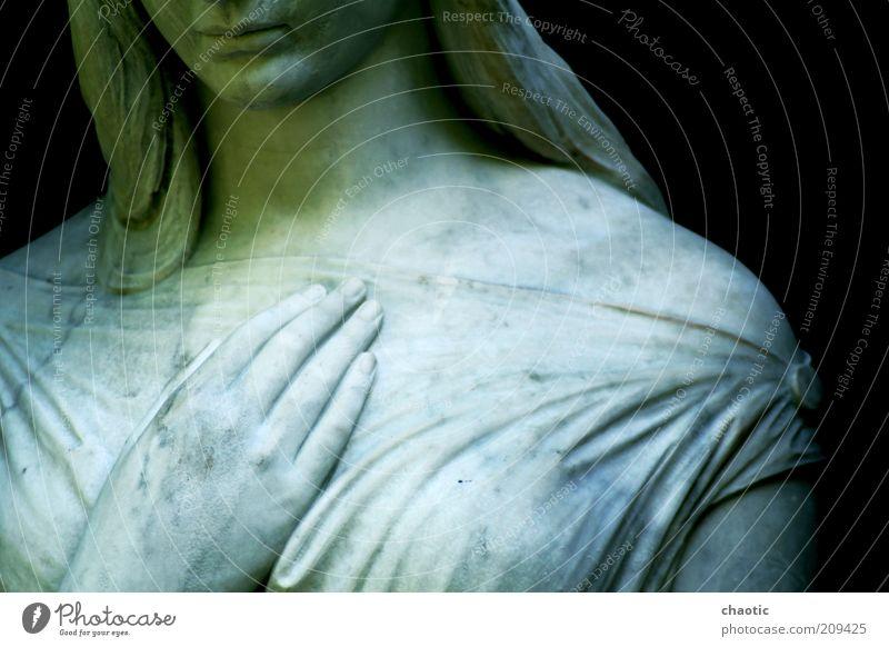 Hold me Kopf Mund Lippen Brust Hand Finger Skulptur Kleid langhaarig Stein Engel beobachten berühren Denken festhalten stehen träumen authentisch einfach