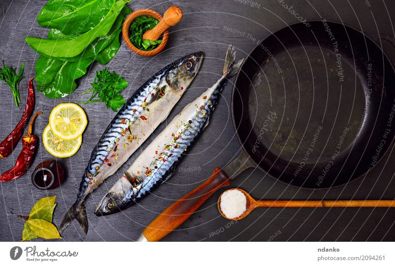 Zwei Makrelen in Gewürzen Meeresfrüchte Kräuter & Gewürze Ernährung Mittagessen Abendessen Diät Pfanne Löffel Tisch Restaurant Gastronomie Natur Tier Holz