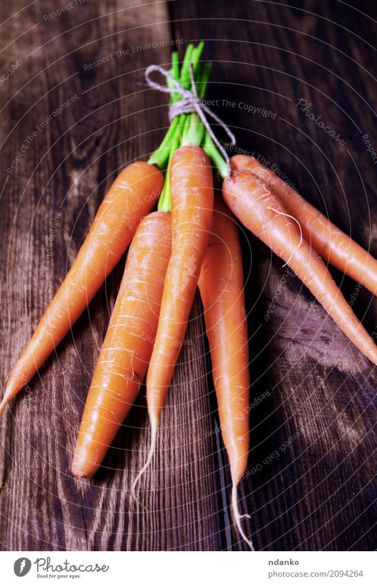 Frische Karotten Natur Pflanze grün Blatt Essen natürlich Holz Ernährung frisch Tisch Gemüse Ernte Vegetarische Ernährung Diät Vitamin Salatbeilage