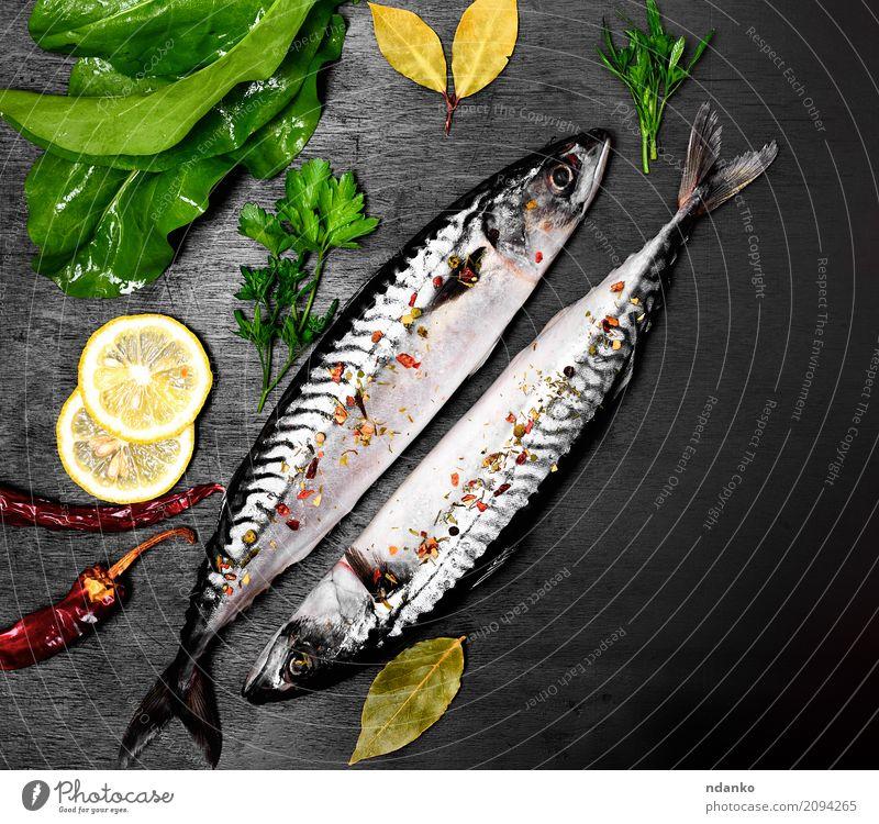 Zwei frische Makrele in Gewürzen Natur nackt grün Meer Tier dunkel schwarz natürlich Holz Ernährung Tisch Kräuter & Gewürze Gastronomie Restaurant Abendessen