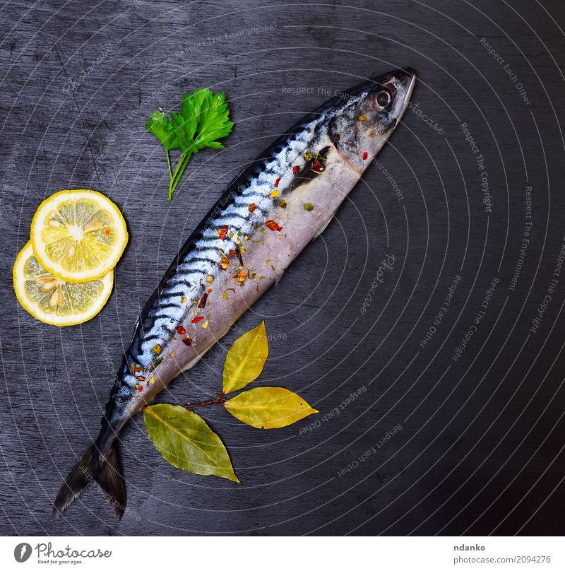 Ganze frische Makrele mit Gewürzen nackt grün Tier dunkel schwarz natürlich Holz Tisch Kräuter & Gewürze Gastronomie Mahlzeit Top Scheibe Zitrone roh
