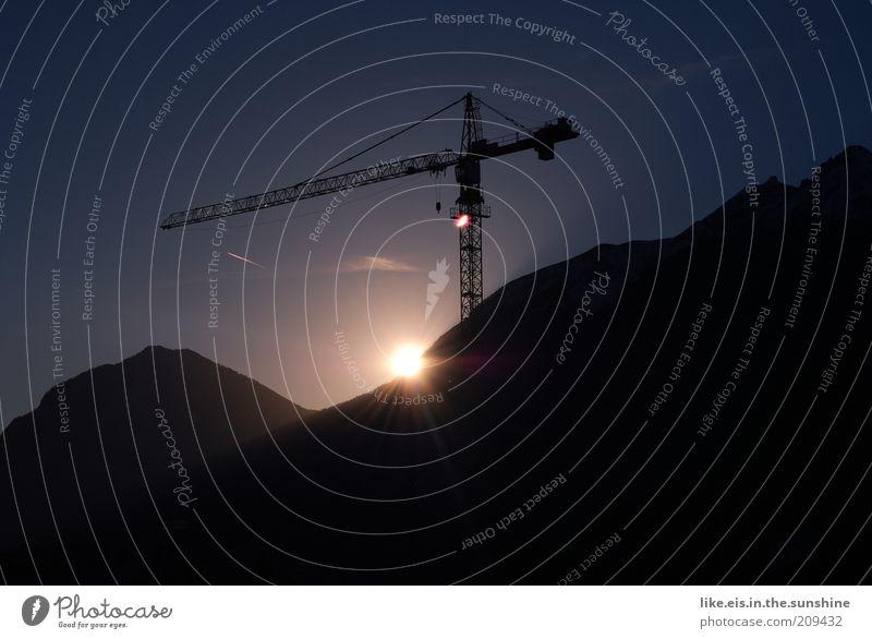 großstadtromantik Himmel Sommer ruhig Erholung Berge u. Gebirge Horizont Wetter Zufriedenheit ästhetisch Baustelle Hügel Alpen Gipfel genießen Abenddämmerung Kran