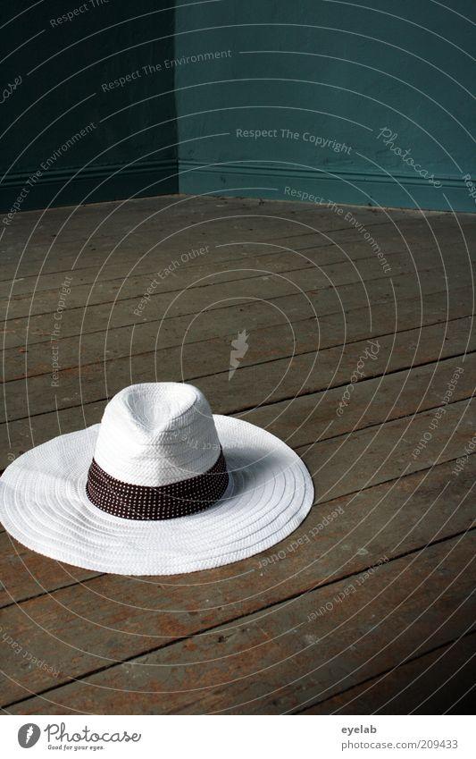 You can leave your hat...(2.Aufhänger) alt trendy schön retro rund braun weiß elegant Mode skurril Hut Strohhut Holz Parkett Bodenbelag Dielenboden sommerhut