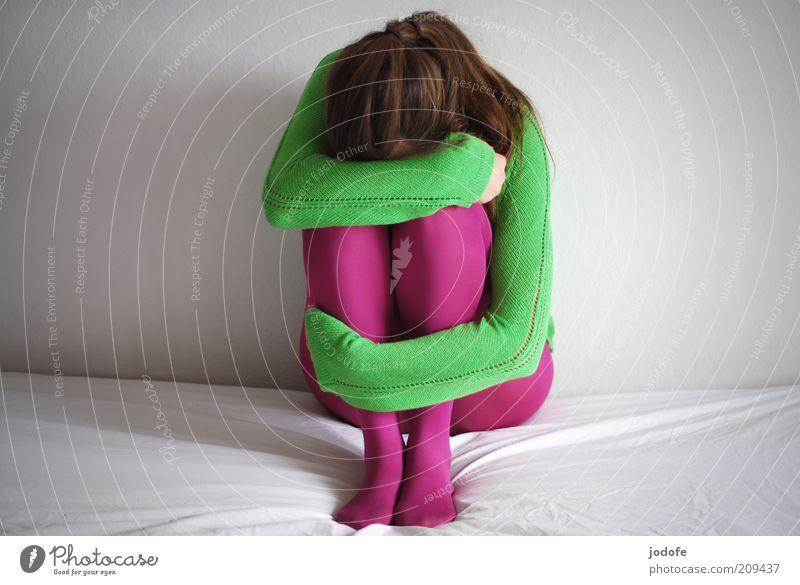 Kontrast Frau Mensch Jugendliche weiß grün Einsamkeit feminin Wand Traurigkeit Erwachsene rosa geschlossen Trauer dünn verstecken brünett