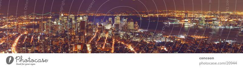 180 Grad: New York City (Panorama) Beleuchtung groß Hochhaus USA Aussicht Skyline erleuchten Panorama (Bildformat) Nachtaufnahme Überblick Städtereise