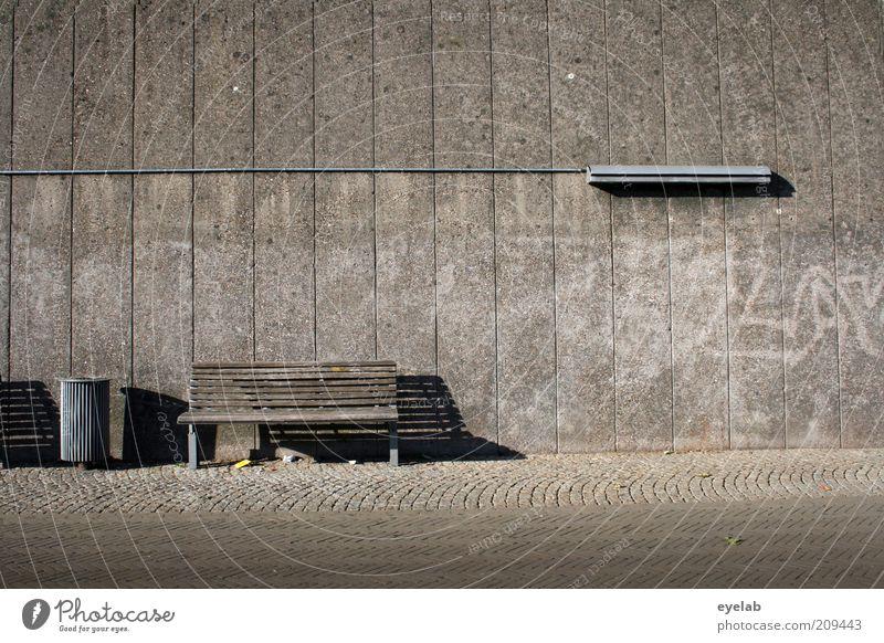 Schattierungen in grau alt Stadt Haus Einsamkeit Lampe Wand Mauer Gebäude Graffiti Architektur groß Beton Fassade modern