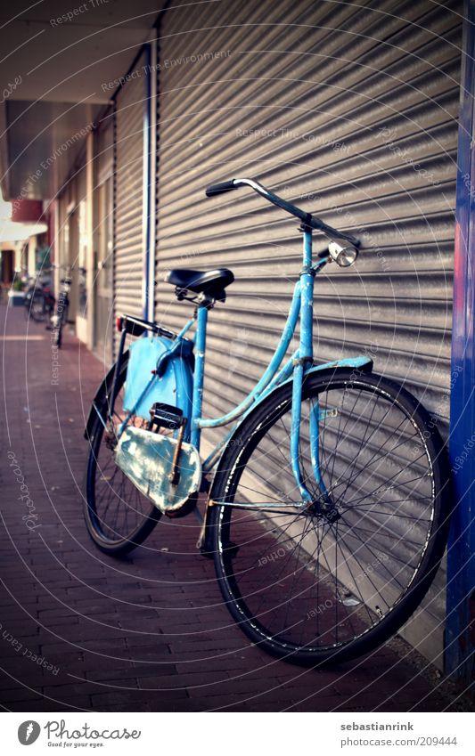 Hollandrad alt blau Stadt dunkel Stein Metall Tür Fahrrad dreckig Verkehr trist retro Tor Fahrradfahren Garage Originalität