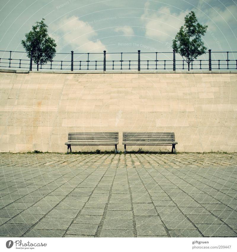 gemischtes doppel Pflanze Baum Stadt Menschenleer Platz Architektur Mauer Wand Geländer warten Bank Sitzgelegenheit paarweise 2 Himmel Wolken Pflastersteine