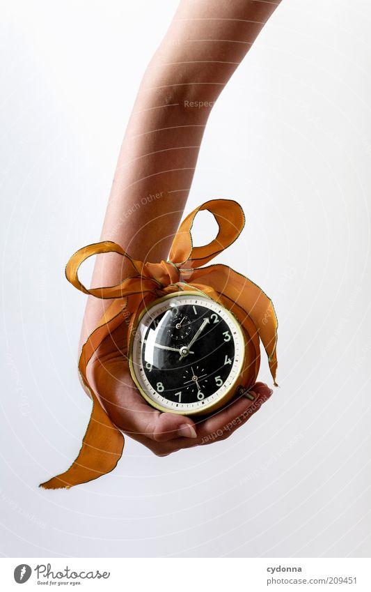 Wertvoll Mensch Hand Leben Arme Zeit Geschenk Uhr Vergänglichkeit analog festhalten Freisteller Symbole & Metaphern Kreativität Idee Überraschung Genauigkeit