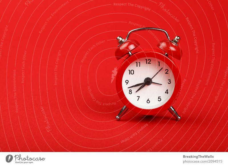 Retro- Wecker mit Glocken über rotem Papierhintergrundabschluß oben Uhr Werkzeug Technik & Technologie Metall Ziffern & Zahlen alt rennen Bewegung schlafen