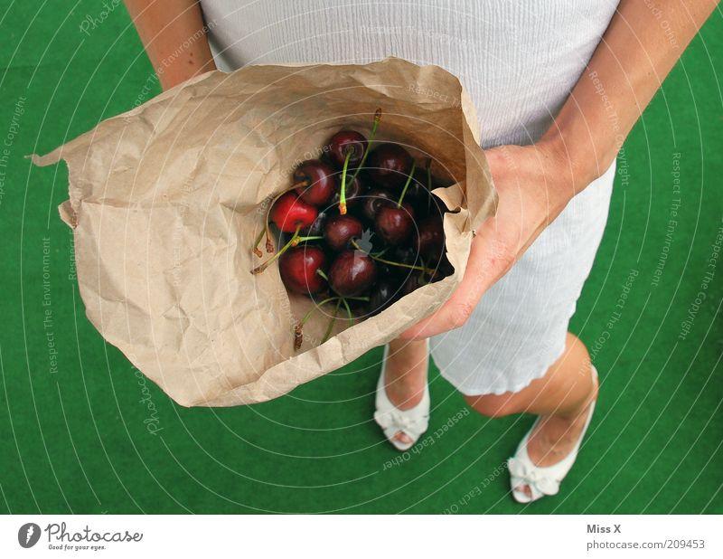 Bitte zugreifen Mensch grün Sommer feminin Ernährung Lebensmittel Beine Schuhe Frucht groß süß lecker Bioprodukte Diät Junge Frau Tüte