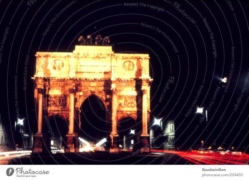 Analoge Wartezeit schön rot Straße dunkel Stimmung Beleuchtung warten Architektur glänzend gold Verkehr authentisch Nachthimmel Unendlichkeit außergewöhnlich