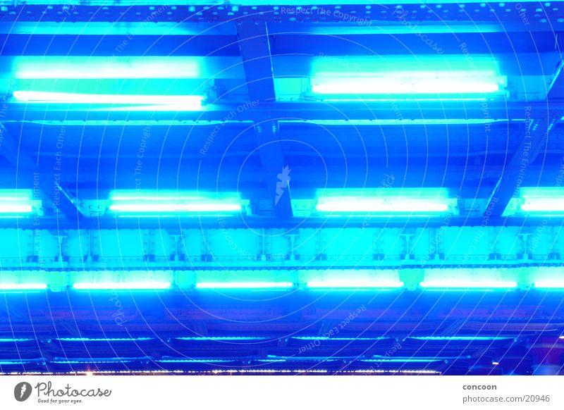 British Blue neonblau Eisen Stahl Licht England Großbritannien Langzeitbelichtung Strukturen & Formen blaues licht Lampe