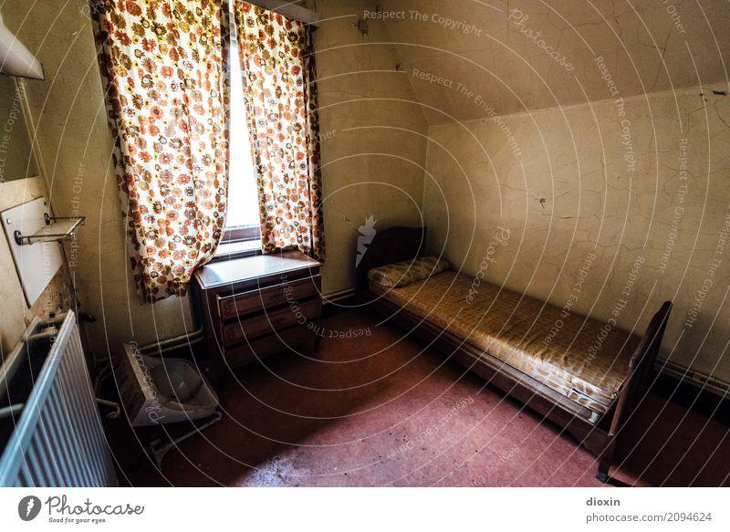 B&B Fenster Raum Bett Waschbecken Heizung Vorhang Häusliches Leben alt authentisch kaputt trashig Verfall lost places Farbfoto Innenaufnahme Menschenleer