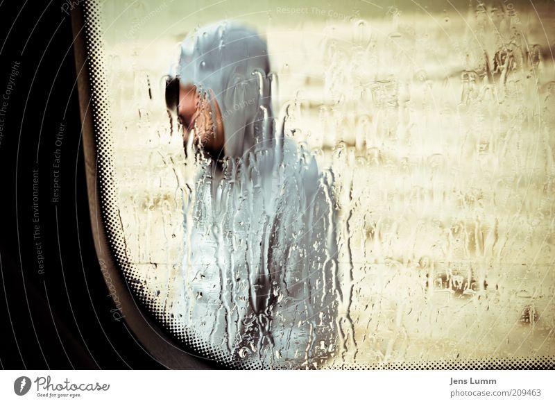 John Q. Public Mensch Strand Ferien & Urlaub & Reisen Einsamkeit grau Traurigkeit Regen Stimmung braun warten maskulin nass Wassertropfen stehen geheimnisvoll